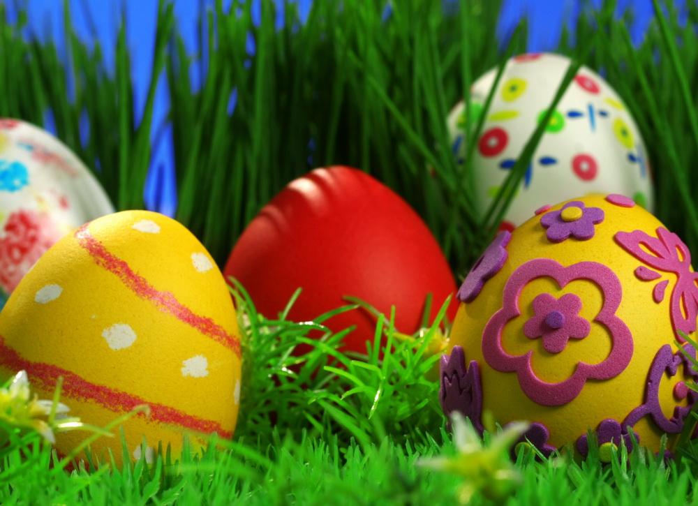 Крашеные пасхальные яйца, украшенные рисунком